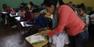 Aproximadamente 100 mil maestros han fallecido por covid-19. RCV