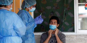 Personal sanitario fue registrado al atender a un hombre, durante una jornada de tomas de muestras para detectar COVID-19, en el corregimiento de Juan Díaz, en ciudad de Panamá (Panamá). EFE/Bienvenido Velasco