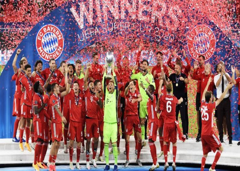 Budapest (Hungary), 24/09/2020.- Goalkeeper and captain of Bayern Munich Manuel Neuer lifts the trophy after the team won the UEFA Super Cup final between Bayern Munich and Sevilla at the Puskas Arena in Budapest, Hungary, 24 September 2020. (Hungría) EFE/EPA/Attila Kisbenedek / POOL