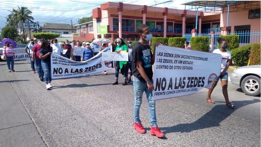 Ciudadanos de La Ceiba, Atlántida se reunieron para manifestarse contra las ZEDES, durante el mes de junio. RCV.