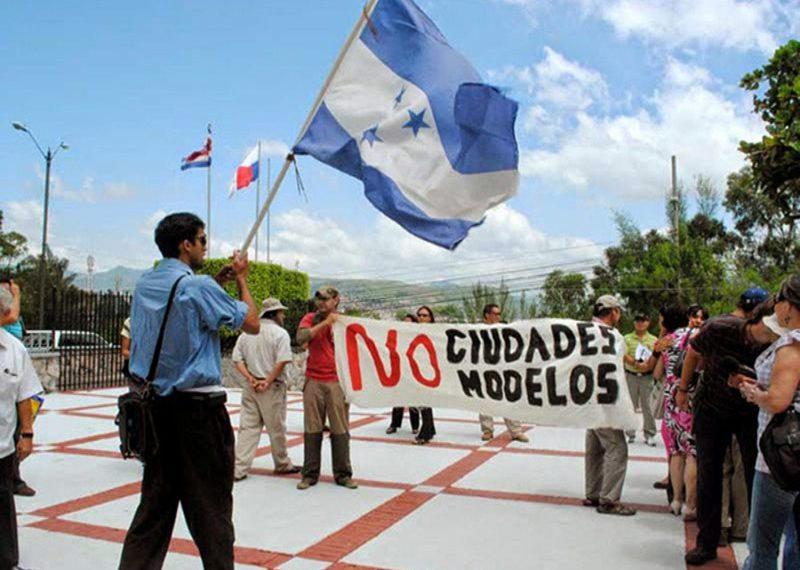 Marcha contra las ciudades modelo frente a las instalaciones de la CSJ. RCV