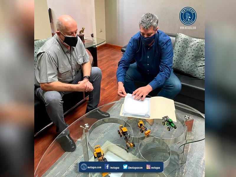 Diego estampando su firma de renovación de contrato con Motagua RCV